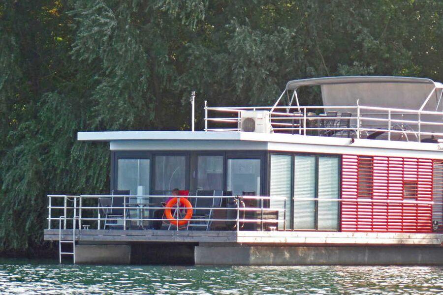 Schwimmende Ferienhäuser mit See-Terrasse.