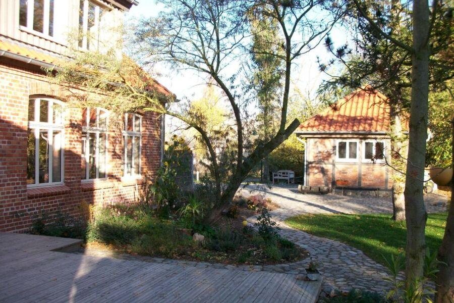 Großzügiger Garten rund um das Landhaus Alte Schul
