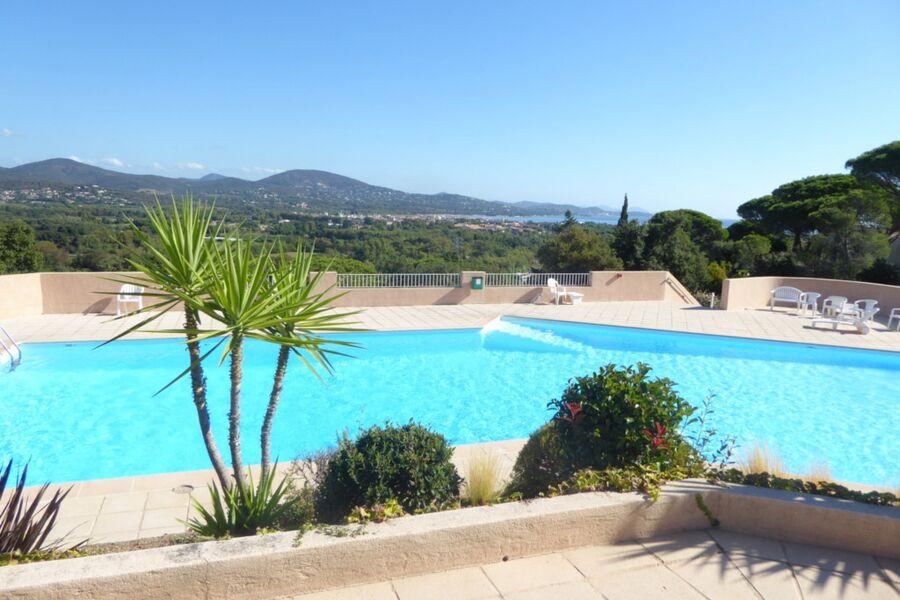 Blick über den Pool auf Port Grimaud