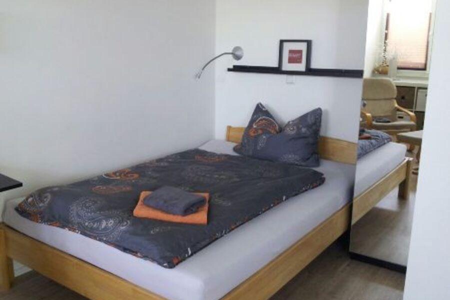 140 cm breites Bett mit Komfortmatratze