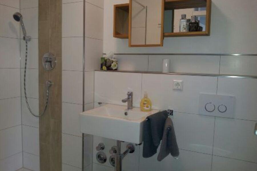 Modernes, frisch renoviertes Bad