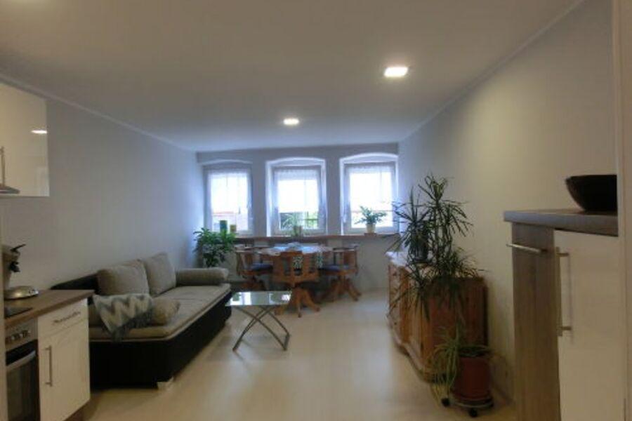 Wohnzimmer mit offener Küche & Essbereich