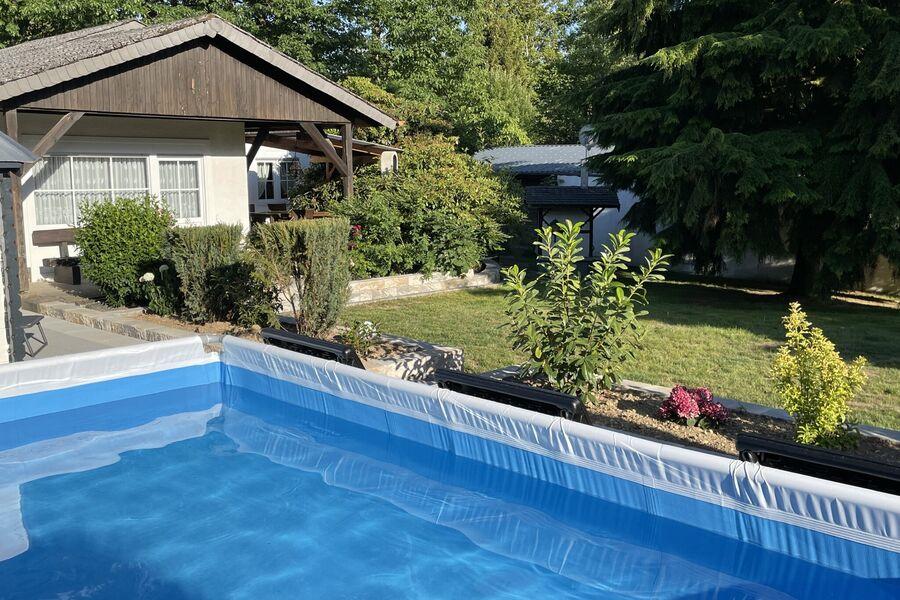 Garten Ansicht mit Terrasse und Grill