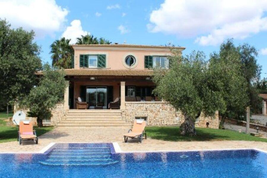 Ansicht Haus mit Pool & Terrasse