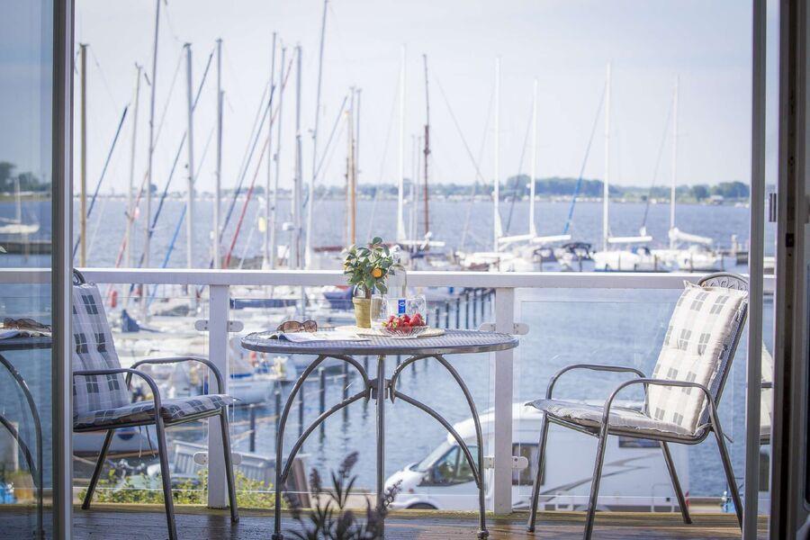 Balkon mit Ausblick auf den Hafen