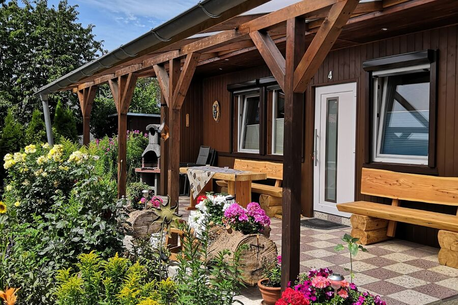 Ansicht Bungalow mit Terrasse u. Carport