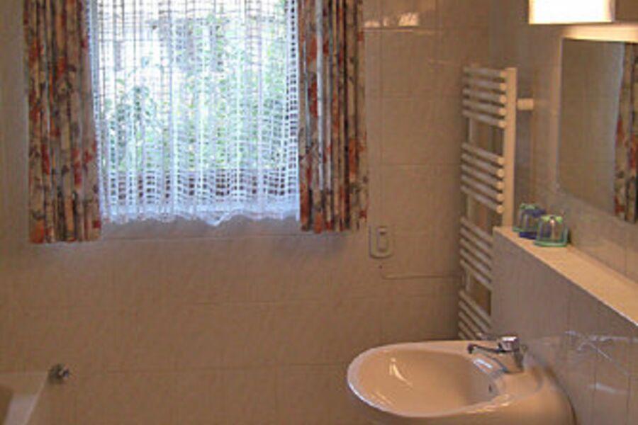Das Badezimmer mit Wanne und Dusche