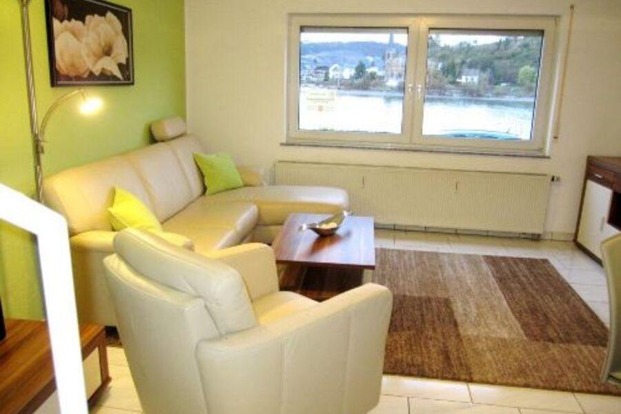 Wohn-Eßzimmer mit Ausblick auf den Rhein