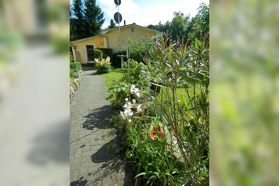 Blick vom Garten auf das Gästehaus