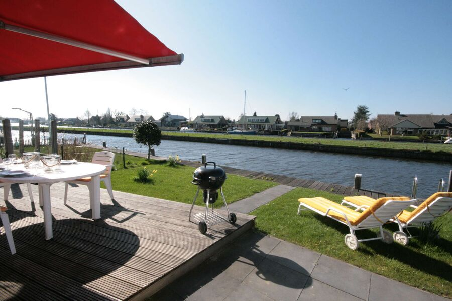 Ferienhaus am Wasser mit Bootssteg