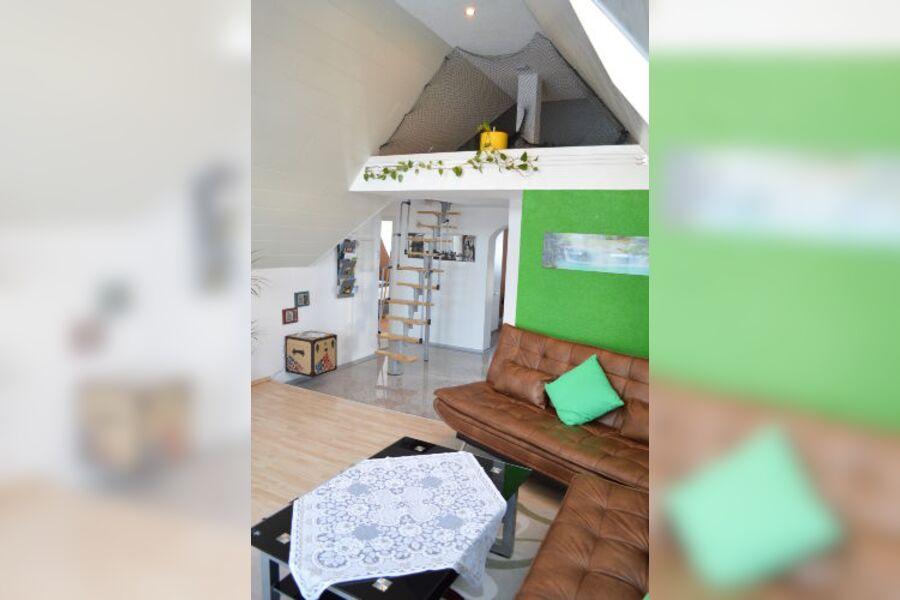 Wohnzimmer mit Treppe zur Galerie