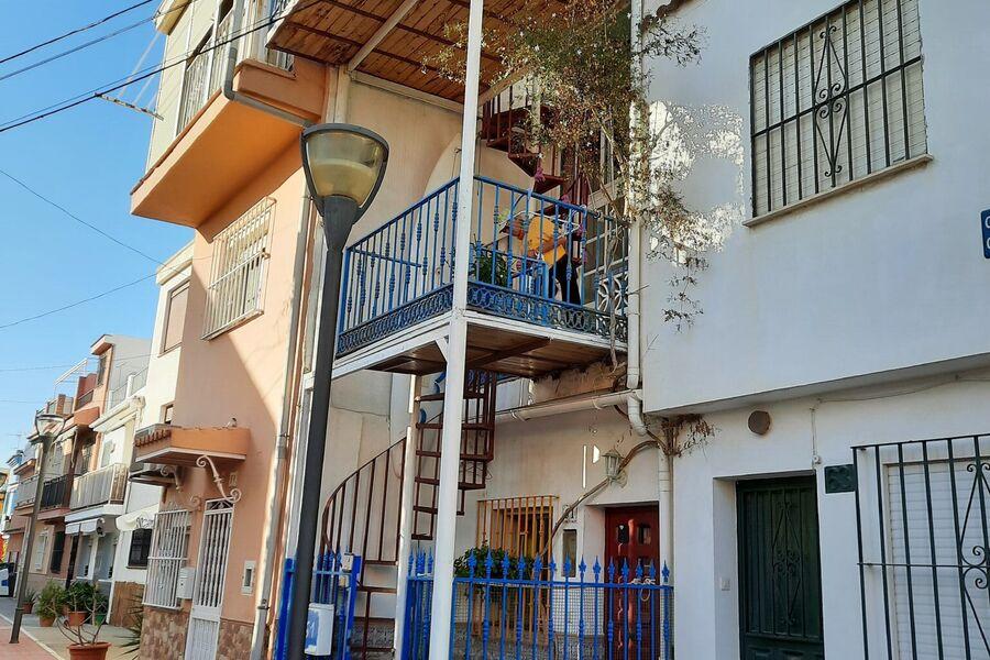 Das Haus mit blauem Zaun