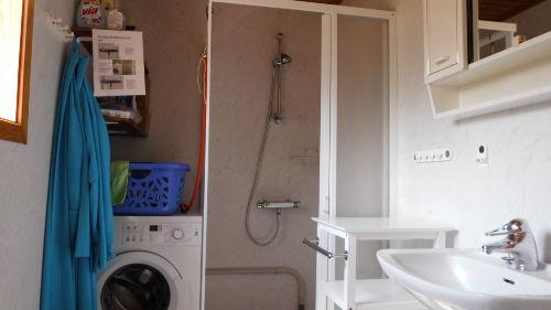 Dusche und WC und Waschmaschine