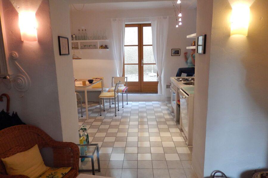 Blick vom Eingangsbereich in die Küche