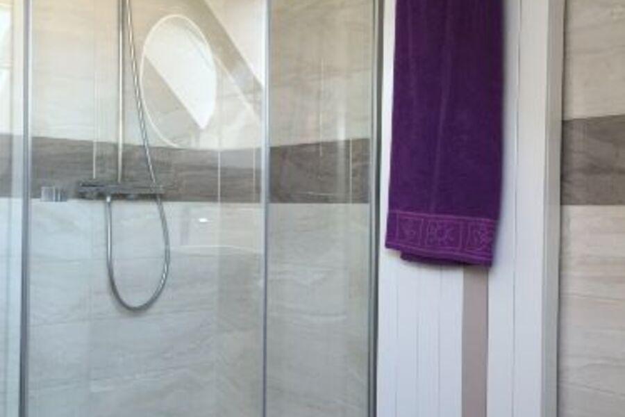 Dusche mit Raindance-Duschkopf