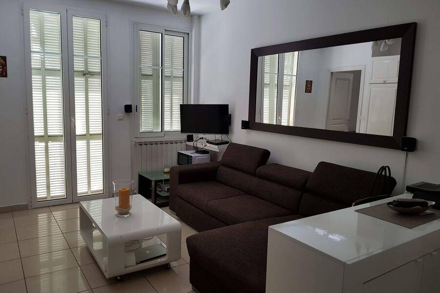 Wohnzimmer mit Esstisch vom Balkon
