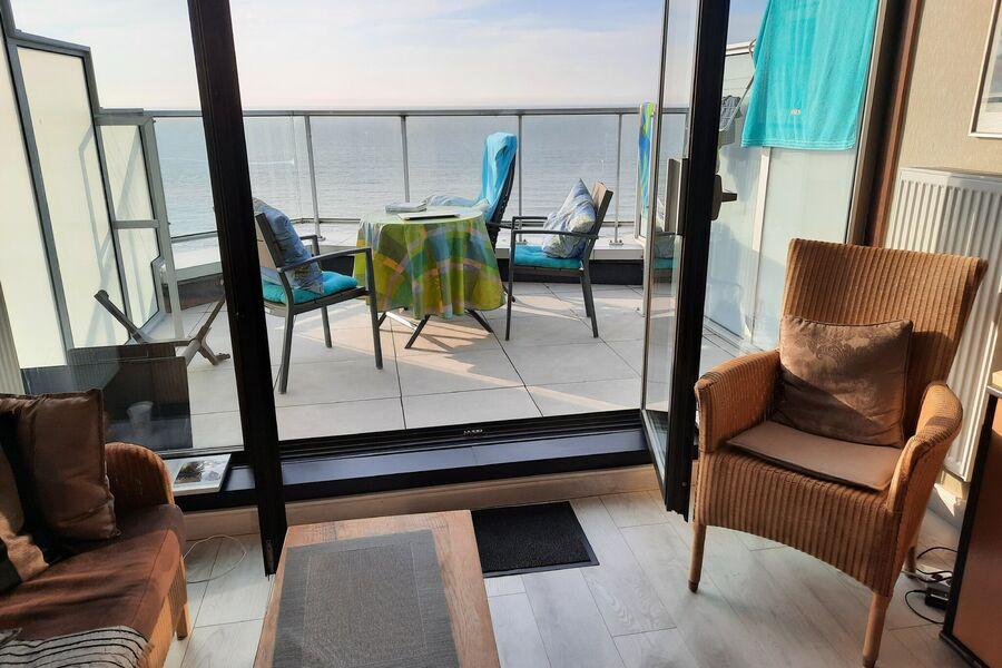 Wohnzimmer mit Blick auf Terrasse & Meer