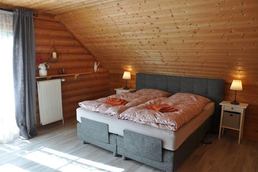 großes Schlafzimmer mit 1,80 m Boxspring