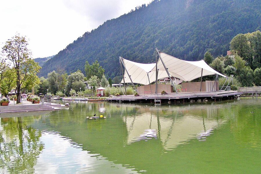 Die Seebühne des nahen Alpsees