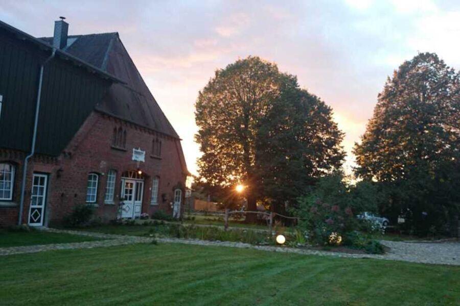 Der vordere Garten mit den 3 alten Linden