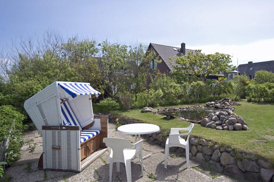 Gartenterasse mit Strandkorb