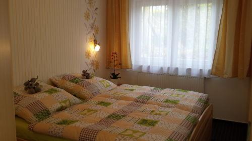1 Schlafzimmer mit großem Doppelbett