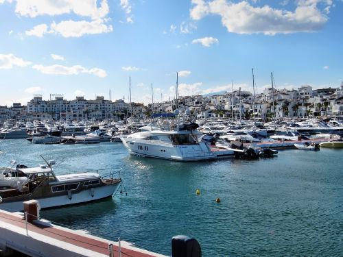 Der bekannte Luxushafen Puerto Banus