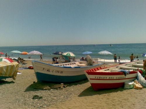 Der schöne Strand mit Fischerbooten
