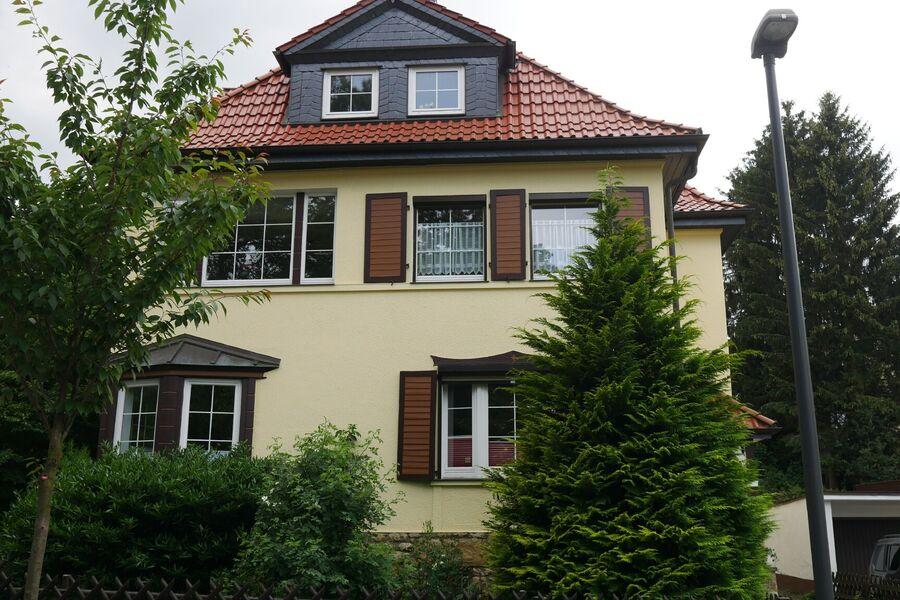 Villa Specht (mit neuem Außenanstrich)