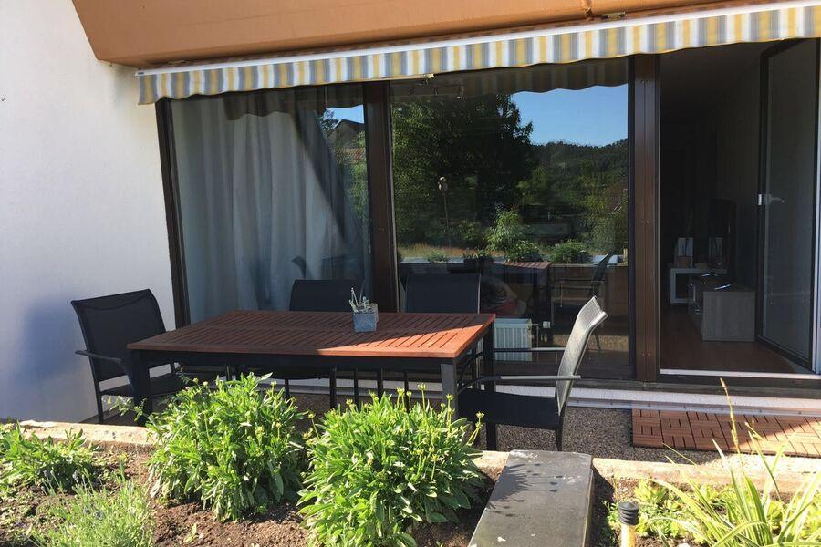 Außenansicht mit Terrasse