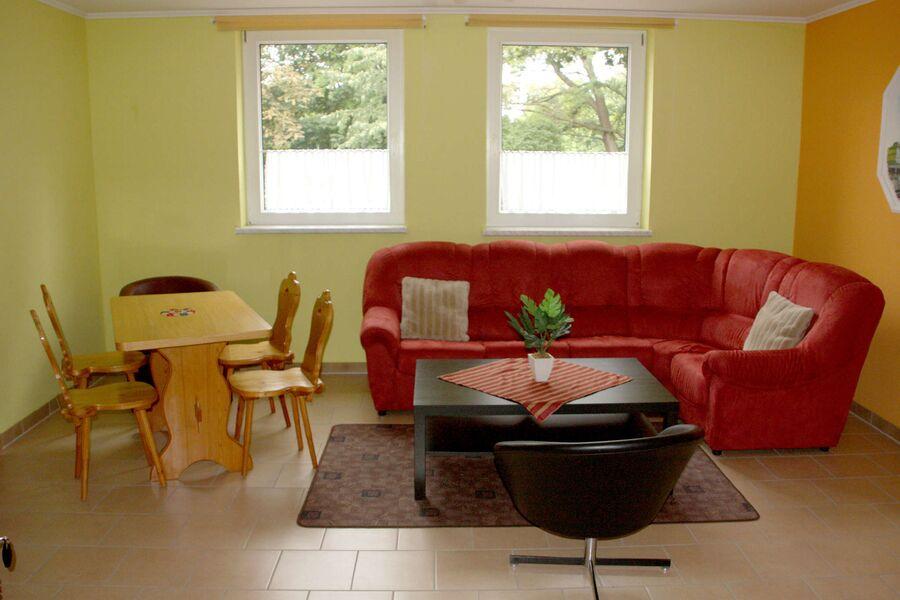 gemütliches Wohnzimmer mit Flachbild TV