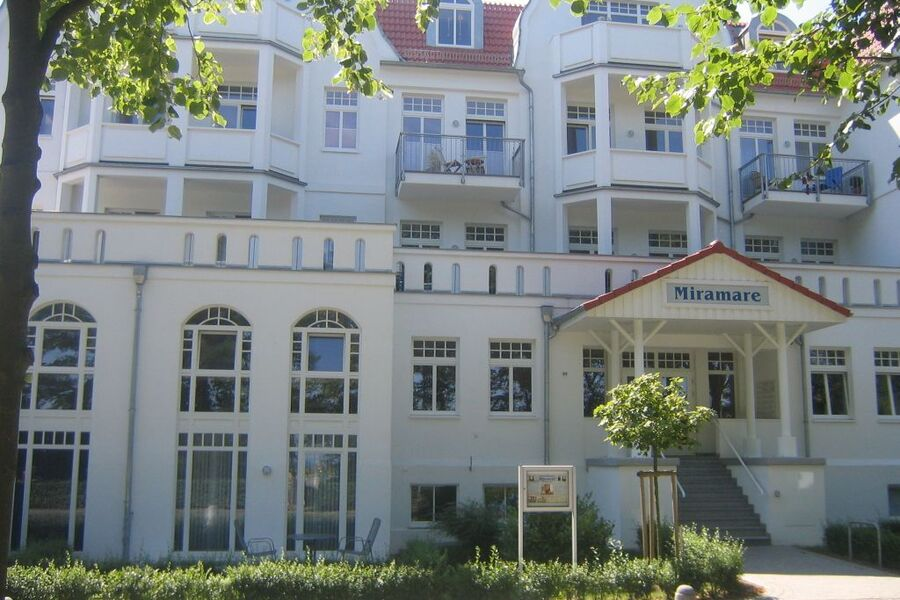 Wohnung 1. Stock, links vom Schriftzug