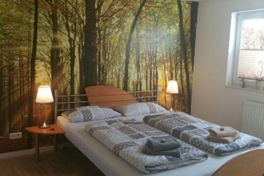 Schlafzimmer mit Wasserbett und TV