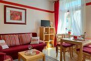 Wohnküche mit Esstisch und Sofagruppe