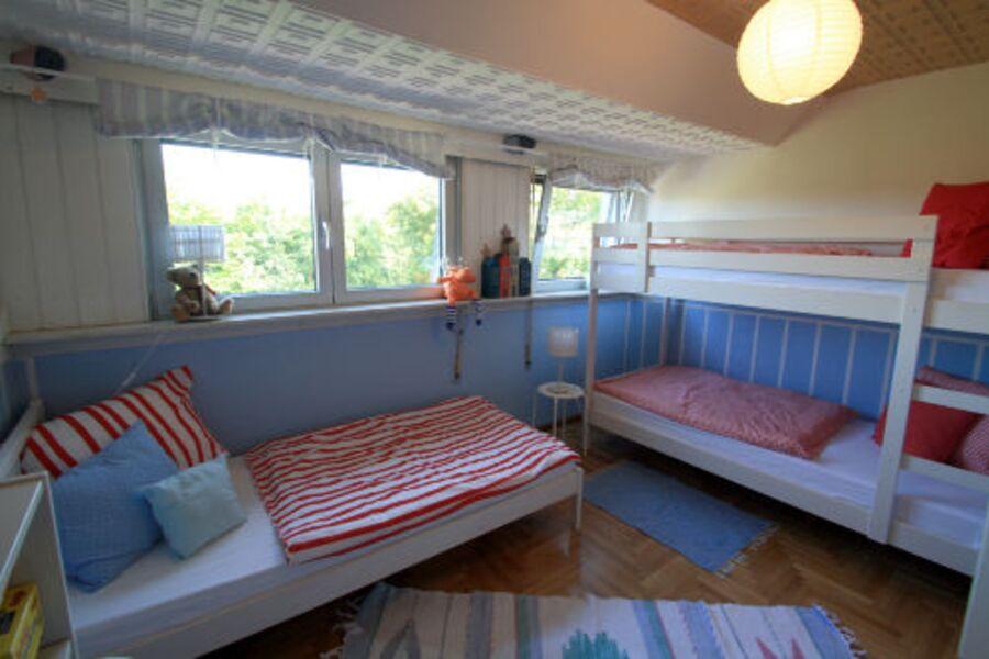 Schlafzimmer mit Einzel- und Etagenbett