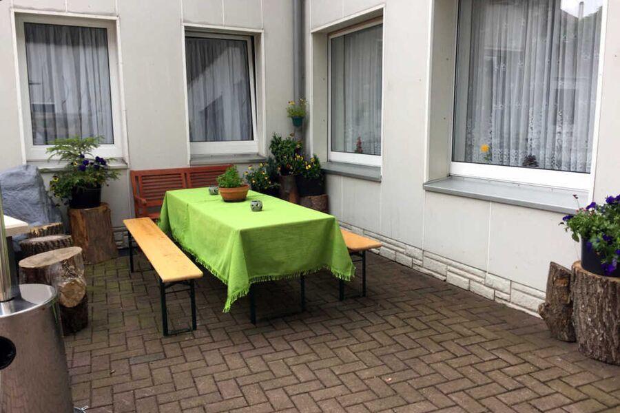 Gemütliche Sitzecke im Innenhof