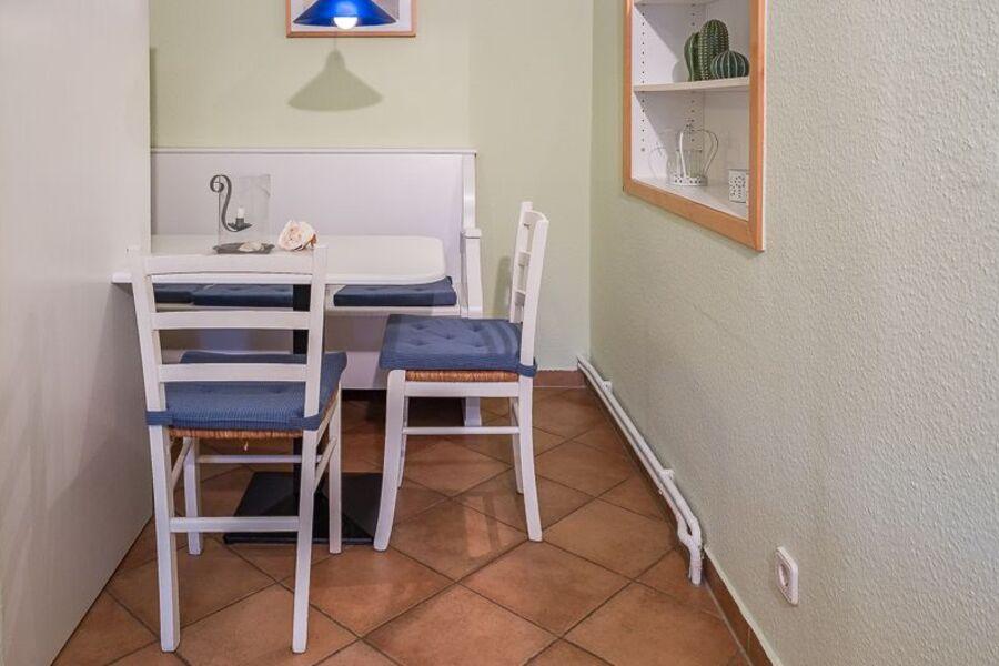 Sitzecke im Schlafzimmer mit Doppelbett