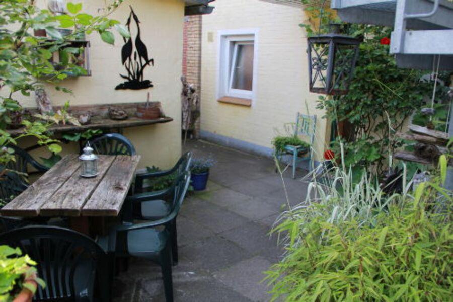 Garten mit Sitzecke und Eingangsbereich