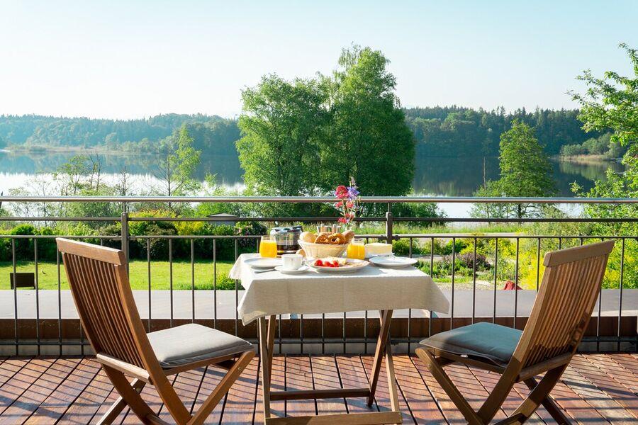 Terrasse mit See- und Bergblick