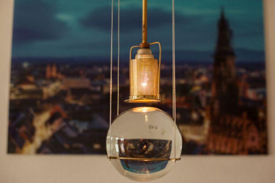 Designer-Leuchte über dem Esstisch