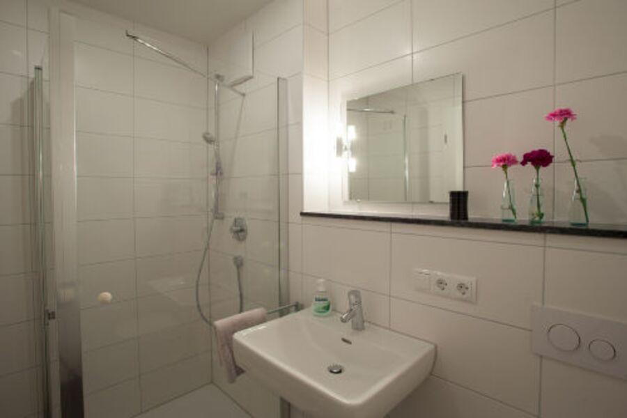 Duschbadezimmer mit ebenerdiger Dusche