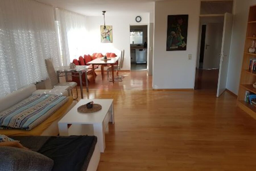 Wohn-Esszimmer mit Blick in die Küche