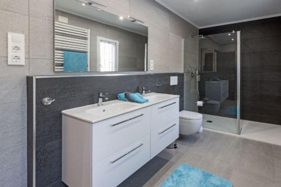 Tageslicht-Badezimmer mit Riesendusche,