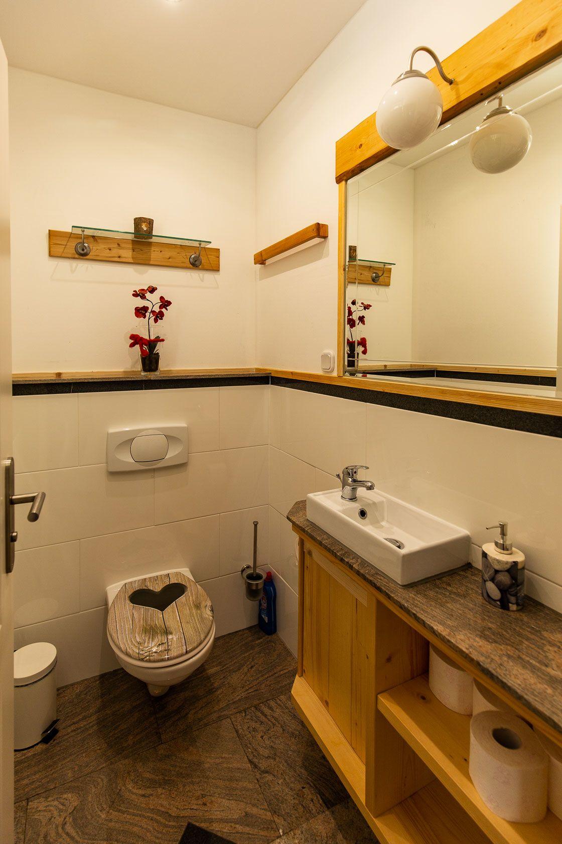 Badezimmer mit begehbarer Dusche im EG