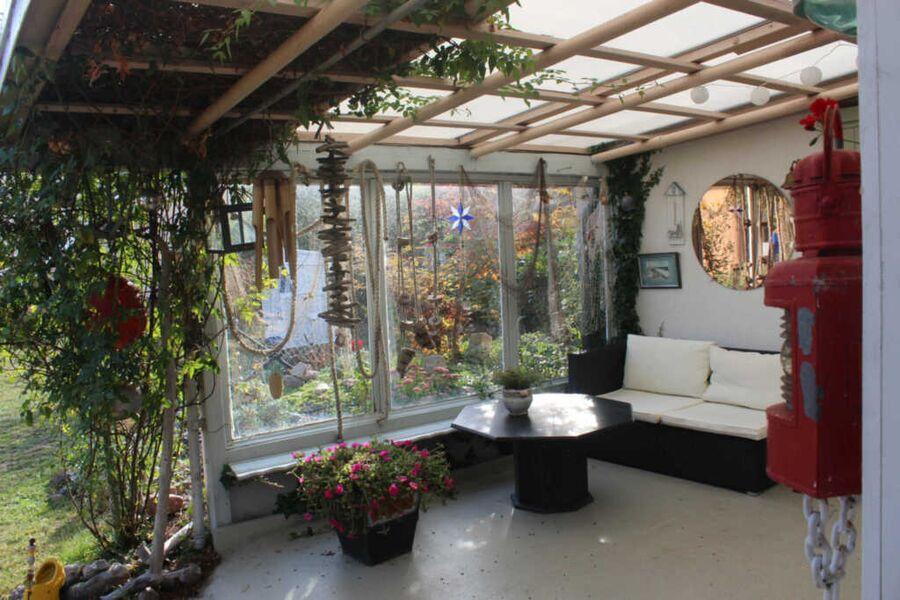 Gartenpavillon mit gemütlicher Sitzmöglichkeit