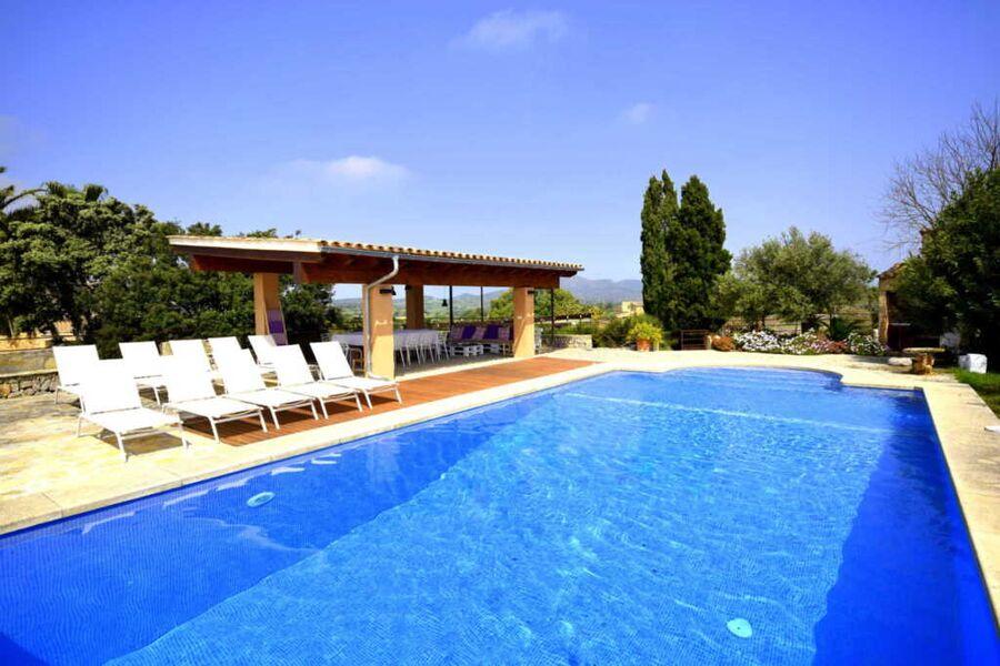 Pool bereich mit Sonnenliegen und Sonnenschutz