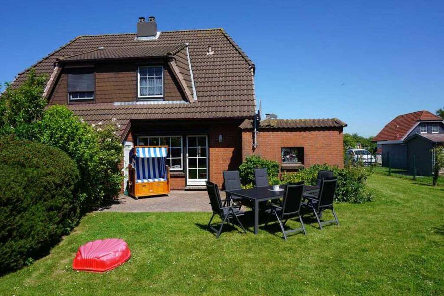 Gartenansicht mit Terrasse und Möbel