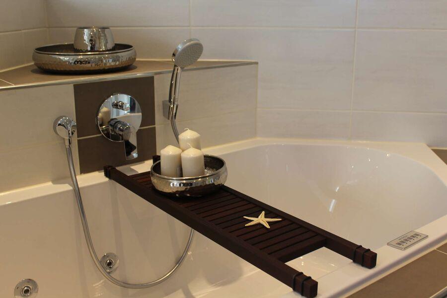 Modernes Bad mit Regenwalddusche.