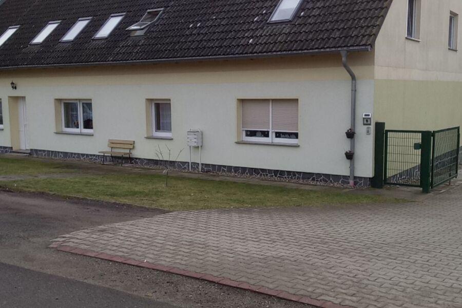 links der Eingang zur Ferienwohnung