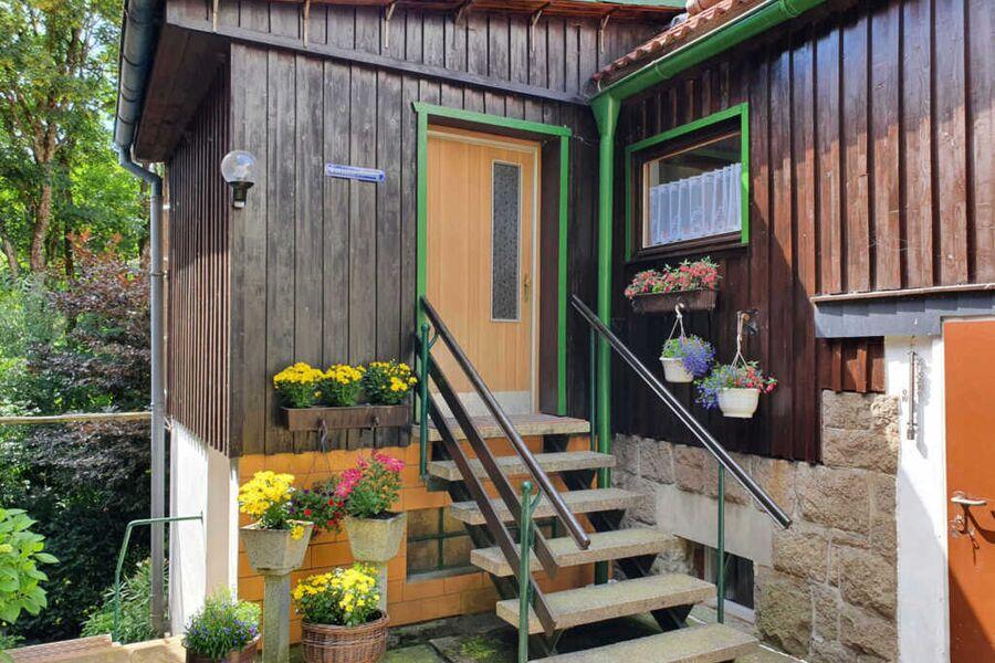 Überdachte Sitzecke mit Grill im Garten